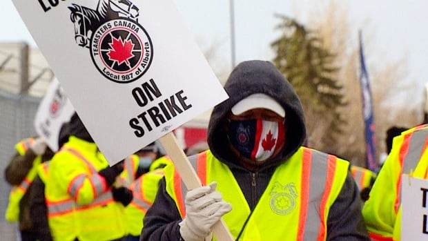 the-teamsters-approve-the-contract-and-end-the-strike-at-the-coca-cola-plant-in-calgary