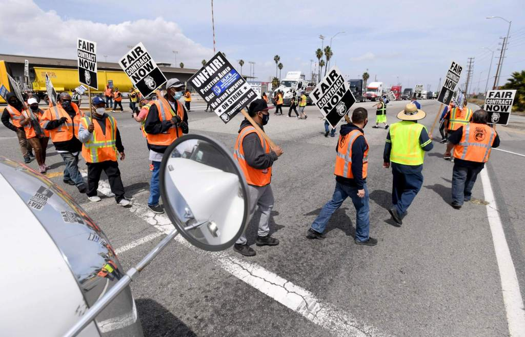 ilwu-employees-join-teamsters-for-an-hour-to-stop-traffic-at-one-of-the-seven-terminals-in-port-of-la-daily-breeze