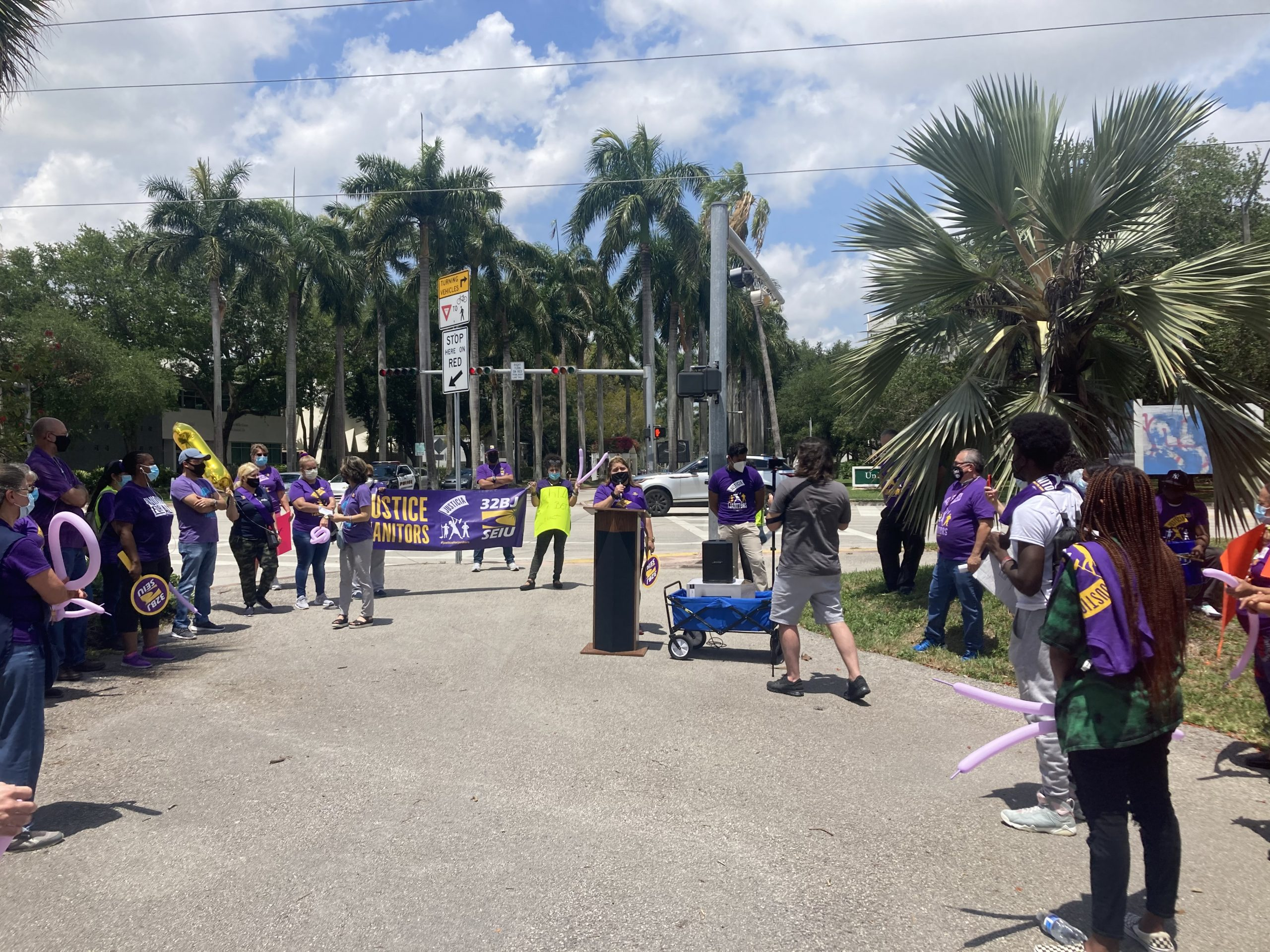 key-um-employees-gather-before-contract-negotiations-to-protest-against-low-wages